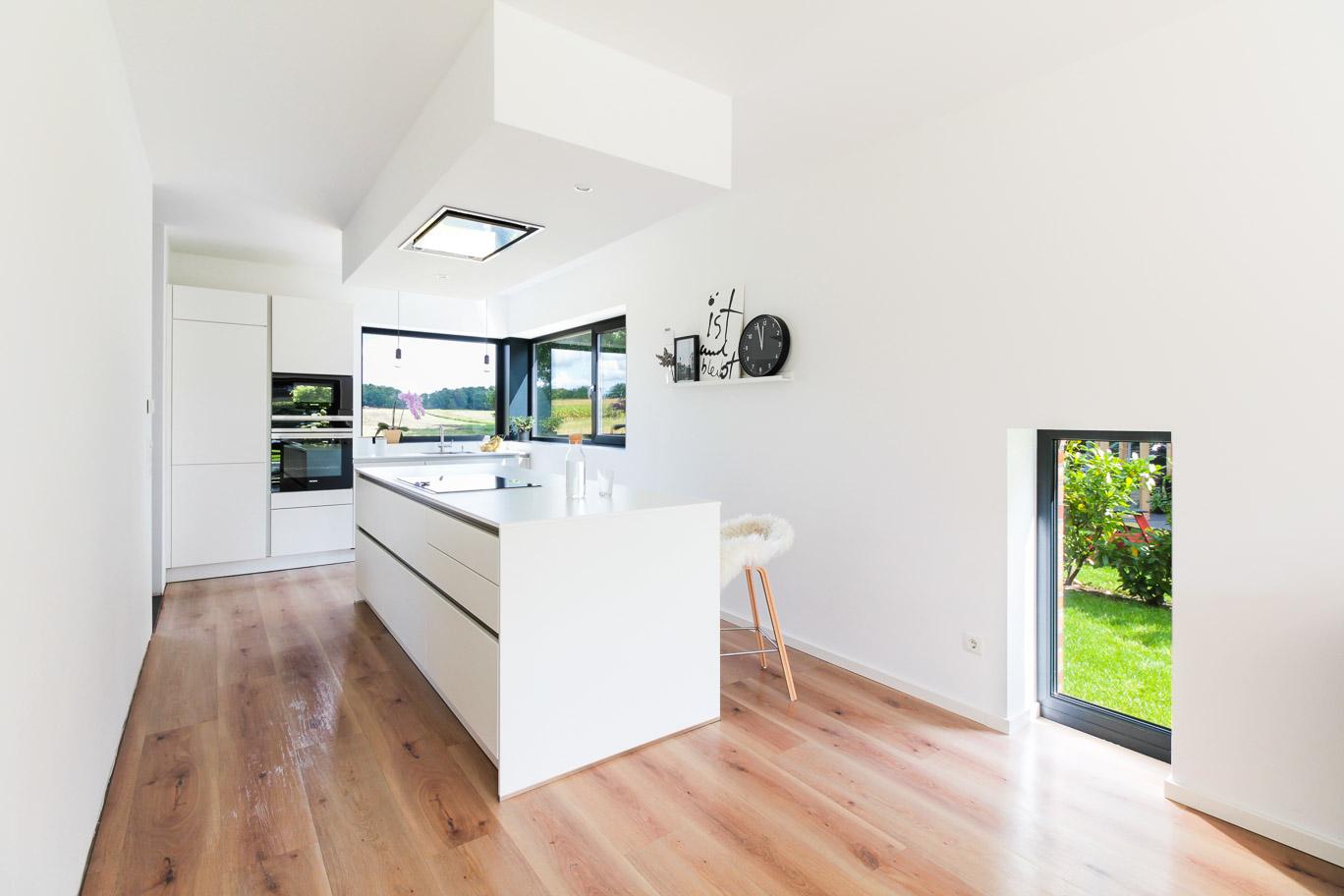 Moderne Küche mit besonderen Fenstern