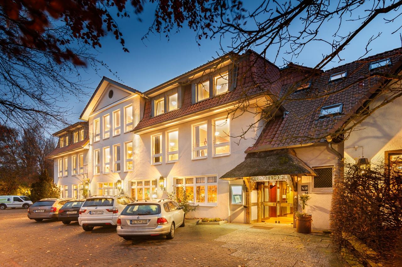 Aussenaufnahme vom Hotel Grotehof am Abend